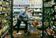 在超市取景拍婚照,充滿玩味。