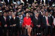 2017年7月1日,林鄭月娥(前排右三)穿花旗袍及鮮紅色外套,出席灣仔金紫荊廣場的升旗儀式,丈夫林兆波(前排右二)則穿上黑色西裝。(資料圖片)