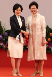 2017年7月1日,林鄭月娥(右)出席第五屆特區政府就職典禮時,與同穿旗袍的行會成員葉劉淑儀(左)合照。(資料圖片)