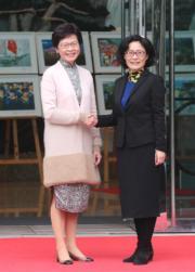2017年3月,林鄭月娥(左)拜訪外交部駐港特派員公署。(資料圖片)