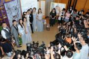 G & D婚禮好熱鬧,一對新人與姊妹兄弟團被傳媒重重包圍。