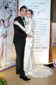 君馨的婚紗雖然長袖兼高領但背後是透視裝好性感。