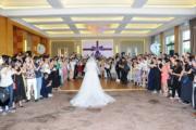 新娘子被賓客包圍。