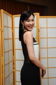 劉佩玥也來個透視露背誘惑。