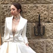 這件性感西裝外套結婚裙可以拆開平日穿著。