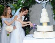 君馨掛住切蛋糕忘記望外鏡頭,鍾嘉欣在旁提點。