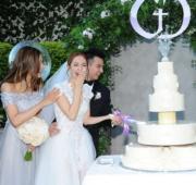 這位豪氣的新娘子笑到合唔埋口。