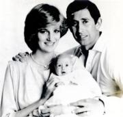 1982年,戴安娜(左)與查理斯(右)慶祝結婚一周年。中為初生的威廉王子。(黑白資料圖片)