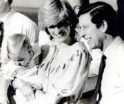 1983年3月20日,(右起)查理斯、戴安娜、威廉王子一起外訪澳洲及新西蘭六星期。(黑白資料圖片)