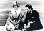 1983年4月22日,外訪新西蘭奧克蘭,(左起) 威廉王子、戴安娜、查理斯(黑白資料圖片)