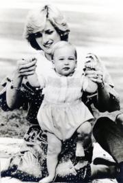 1983年4月22日,外訪新西蘭奧克蘭,威廉王子試行,戴安娜扶着。(黑白資料圖片)