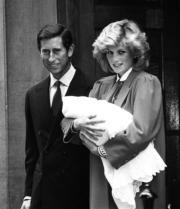 1984年9月16日,查理斯(左)與抱着哈里王子戴安娜在醫院外合照。(黑白資料圖片)