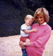 戴安娜抱着威廉王子,佗着哈里王子。(法新社/DUKE OF CAMBRIDGE AND PRINCE HARRY/KENSINGTON PALACE)