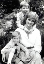 戴安娜(中)、威廉王子 (上) 、哈里王子(黑白資料圖片)