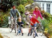 查理斯(左後)、戴安娜(右後)、威廉王子(右前)和哈里王子(左前)(The Royal Family facebook圖片)