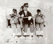 1991年4月,戴安娜(中)與兒子威廉王子(左)及哈里王子(右)在奧地利滑雪。(黑白資料圖片)