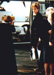 1992年12月底,戴安娜與兩名兒子前往加勒比海度假。圖為戴安娜在倫敦登機的情況。(法新社資料圖片)