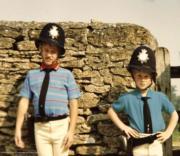 年幼時的威廉與哈里穿上警察制服。二人在紀錄片中笑言,媽媽戴安娜愛將他們打扮得奇奇怪怪的。(Kensington Palace Twitter圖片/The Duke of Cambridge and Prince Harry)