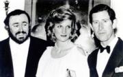 (左起)意大利已故歌唱家巴伐洛堤(Luciano Pavarotti)、戴安娜、查理斯(1984年黑白資料圖片)