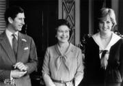 1981年3月27日,英國王儲查理斯(左)、戴安娜(右)及英女王伊利沙伯二世(中)在白金漢宮合照。(法新社黑白資料圖片)
