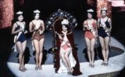 1974年港姐的冠軍張文瑛、亞軍杜茱迪(左二)、季軍李錦文(右二)。(資料圖片)