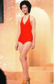 1975年港姐冠軍張瑪莉,泳裝款式較上屆低V。