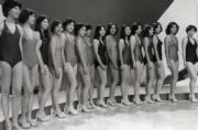 1977年港姐15位佳麗大合照,最右側第一位是否有點眼熟?她就是江華的太太麥潔文!(資料圖片)