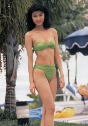 1988年港姐李嘉欣在外景拍攝穿上三點式泳裝,好青春!(資料圖片)