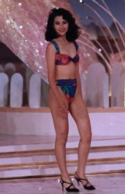 1991年港姐的泳裝是三點式,帶熱帶風情,圖為蔡少芬。(資料圖片)