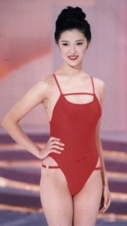 1998年港姐冠軍向海嵐,紅色一件頭泳裝好搶眼。(資料圖片)