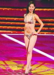 2004年港姐冠軍徐子珊穿閃閃三點式泳裝。(資料圖片)