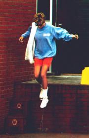 1994年8月,戴安娜在切爾西(Chelsea)離開健身中心時,跳下數級樓梯。(法新社資料圖片)