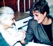 1992年3月,戴安娜(右)到訪匈牙利,在難民營探訪難民。(法新社資料圖片)