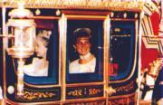 戴安娜(右)與英女王(左)乘車前往國會出席揭幕儀式。(法新社資料圖片)