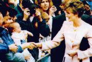 戴安娜(右)到訪加拿大時,出席多倫多市大會堂的歡迎儀式後,步向民眾與他們握手。(法新社資料圖片)