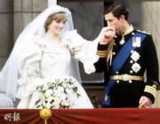 1981年7月29日,英國王儲查理斯(右)迎娶戴安娜(左),他在白金漢宮露台親吻戴妃手背。(法新社資料圖片)