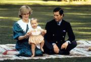 (左起)戴安娜王妃、兒時的威廉王子與王儲查理斯在新西蘭合照。(The British Monarchy flickr圖片)