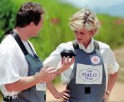 1997年1月戴安娜(右)參與清除地雷行動。(法新社資料圖片)