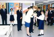 1989年11月8日,戴安娜(中)訪問紅十字會港島總部,學生獻花。(資料圖片)