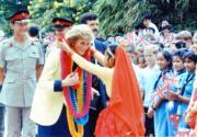 1989年11月8日,戴安娜(前左)取道添馬艦返回皇家遊艇不列顛尼亞號,一名穿着傳統尼泊爾服裝的少女獻上花環。(資料圖片)