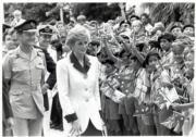 1989年11月8日,戴安娜(中)步過添馬艦總部,駐港英軍家眷夾道歡迎。(黑白資料圖片)