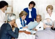 1989年11月9日,戴安娜(中)探訪伸手助人協會的護老院,對院內一名長者的書法甚感興趣。(資料圖片)