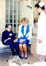1989年11月9日,戴安娜(中)探訪伸手助人協會的護老院。(資料圖片)