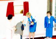 1989年11月9日,戴安娜(右二)探訪伸手助人協會的護老院,與院內長者握手,並為該院一塊紀念她到訪的牌匾揭幕。(資料圖片)