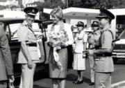 1989年11月9日,戴安娜(中)參觀警察訓練學校。(黑白資料圖片)