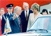 1995年4月,戴安娜(前排右)訪港3日,時任港督彭定康(前排左)迎接。(1995年資料圖片)