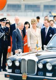 1995年4月,戴安娜(前排中)訪港,時任港督彭定康(前排左)接待。(資料圖片)