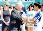 1995年4月,時任港督彭定康(前排左)頒獎予張德培(前排右),戴安娜(第二排左)在旁觀看。(資料圖片)