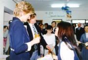1995年4月,戴安娜(左)參觀位於柴灣的協青社宿舍。(資料圖片)