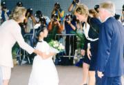 1995年4月,戴安娜(右二)探訪東區尤德夫人那打素醫院癌症病人資源中心,癌症病人的女兒獻花。(資料圖片)